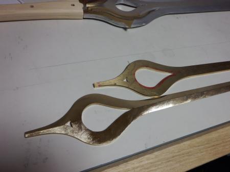 ファルシオンパーツのやすりで形状加工中