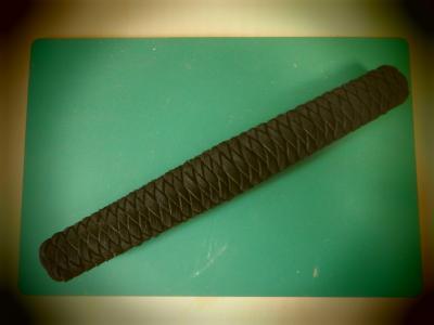 金属刀身王者の剣 柄 皮ひもの編み込み