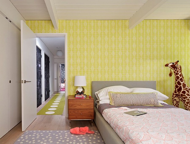 Bold-wallpaper-in-yellow-for-the-Midcentury-kids-bedroom_201503190823389a5.jpg