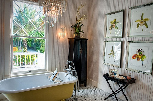 Claw-foot-bathtub-adds-yellow-to-the-relaxed-bathroom-in-beach-cottage_20150313070657ea4.jpg