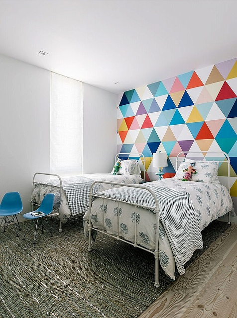 Fabulous-wallpaper-adds-color-and-pattern-to-the-cool-kids-bedroom_201503190823392f6.jpg