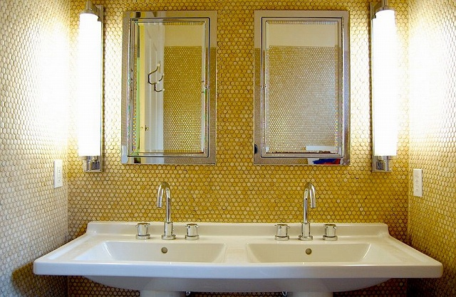 Penny-tiles-in-lovely-yellow-give-the-bathroom-a-unique-look_2015031307072163d.jpg