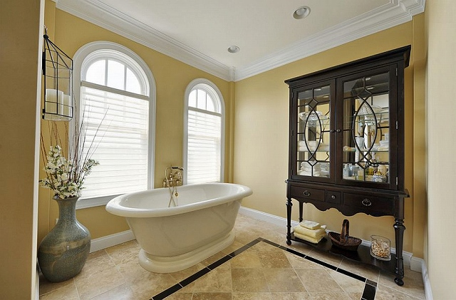 Use-yellow-to-create-a-lovely-backdrop-for-your-traditional-bathroom_20150313070629e1b.jpg