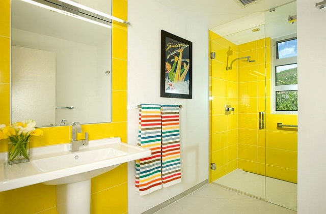 Yellow-tiles-make-a-big-visual-impact-in-the-modern-bathroom_20150313070651c6e.jpg