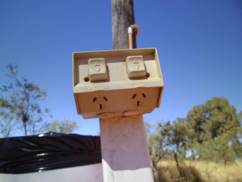 砂漠のど真ん中にある電源