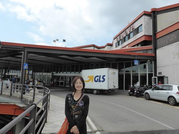 jジェノバ空港前で