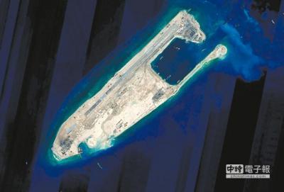 南支那海ファイアリクロス礁 完成陸域吹填工程後的永暑礁衛星照片。(新華社資料照片)_convert_20150705112035