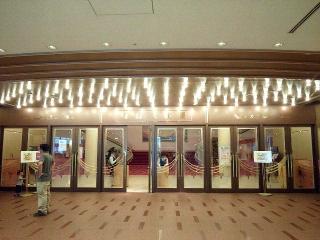 150704_3286「宝塚大劇場」改札VGA