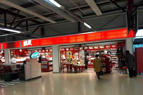 3 ベルリン・テーゲル空港待合室の売店