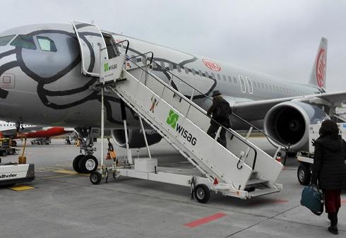5 ニキ航空機に搭乗
