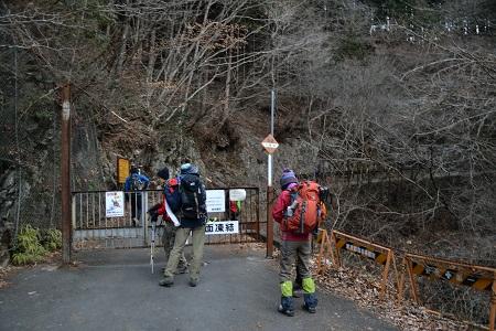 川苔山登山口へのゲート