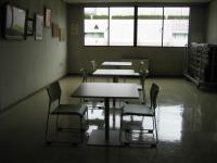 コミュニティセンターのいすとテーブル