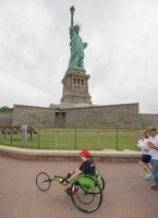 自由の女神と車椅子