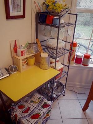 黄色のテーブル