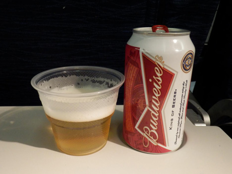 ユナイテッド航空はエコノミークラスの機内食を一新!パパさんには嬉しいニュースで、ビールやワインが無料に!