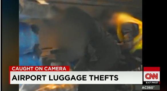 カメラがとらえた、米空港係員による盗難の現場!