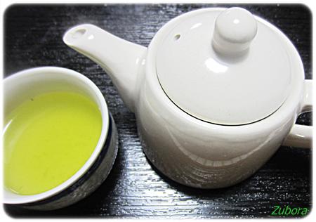 ダイソーの白いティーポットと茶こし