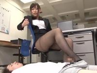 美人上司の黒ストッキング美脚虐め!長瀬涼子
