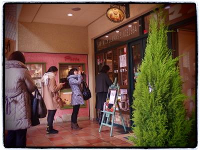 阪急宝塚駅ちかく、花のみちセルカ2階です。お隣のパスタも美味しいですよ。