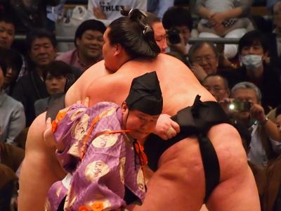 照ノ富士関と逸ノ城関、重量級の大一番。会場がこんなに沸いたのをはじめて見た。