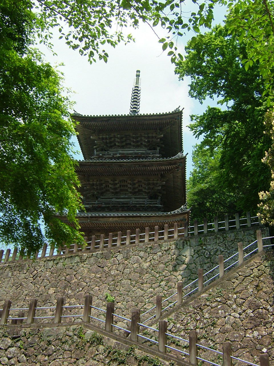 下から見上げた3重の塔
