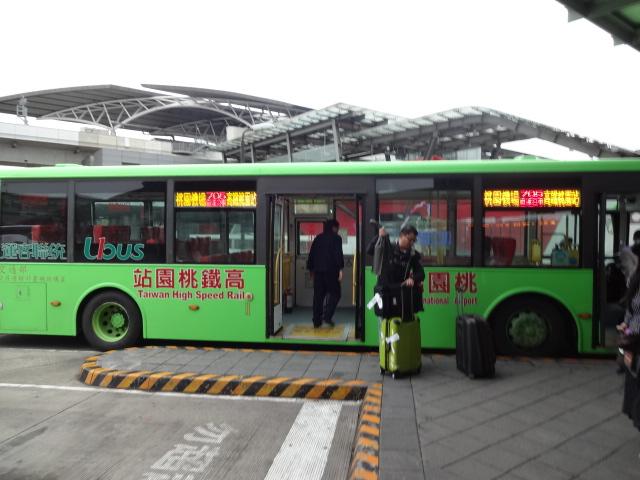 バスが駅に到着