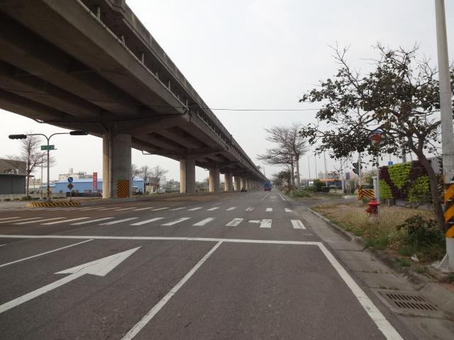高架下の港道路