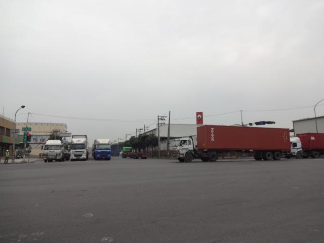 南部は大型トラックばかり