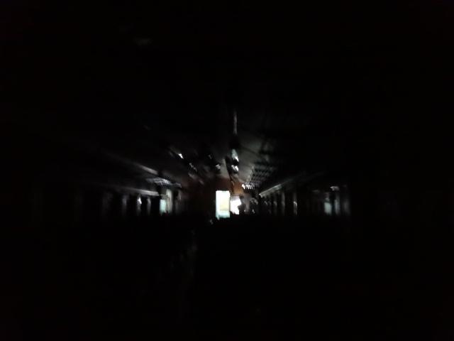 トンネルは真っ暗
