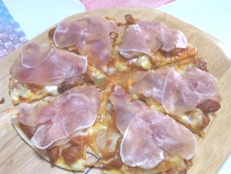 15-ソーセージと生ハムのピザ