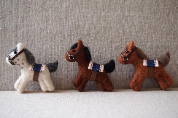 3色のお馬のブローチ♪