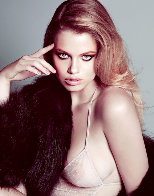ファッションモデル、ハイレイ・クローソンの乳首がちょっと見えてるセクシー画像www