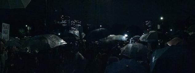 雨にもかかわらず全世代の人が