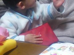 息子とチョコレートの包。