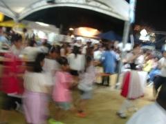 踊る子供たち。