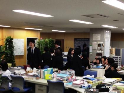 13 卒業生 職員室乱入
