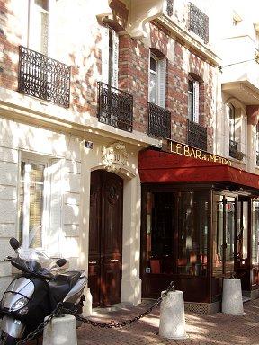 木漏れ日の影がゆれるアナトールフランスのカフェdownsize