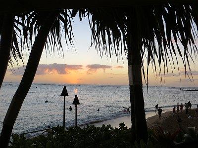 影が濃くなった浜に陽が暮れてゆくdownsize