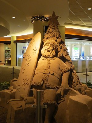 砂の彫刻サーフィンサンタがロビーにいたdownsize