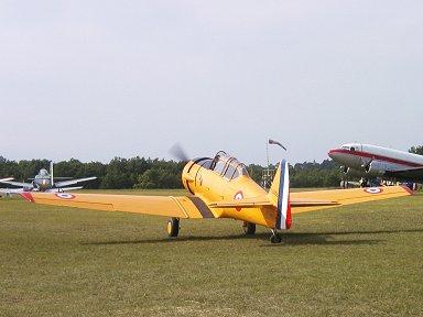 タキシング中のお仏蘭西空軍のマークをつけたテキサン(Ferte Alais エアショー)downsize