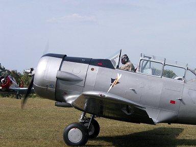 飛行服もレトロなショータイムのテキサン出撃(Ferte Alais エアショー)downsize