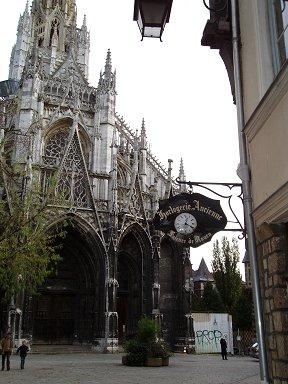 Dijonノートルダム大聖堂(Cathedrale Notre Dame)の裏手は人影まばらで静かですdownsize