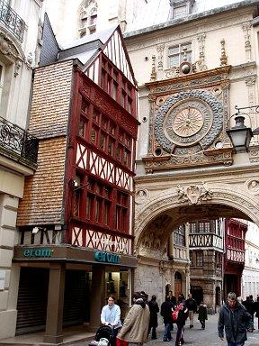 Rouen大時計(Gros Horloge)下を行き交う人々downsize