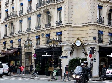 パリVandome広場近く何気なく角に据えられたレトロな時計は素敵ですREVdownsize