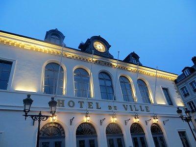 ライトアップされたHonfleur市庁舎の白壁が美しいdownsize