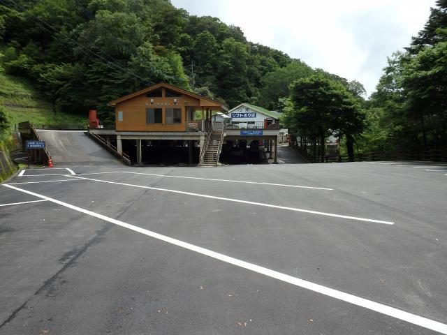登山リフト前の駐車場はガラガラ