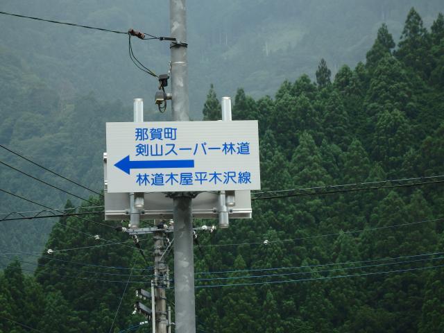 高すぎて見えにくい案内標識