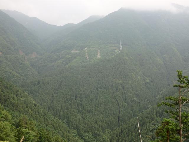 760m地点から川成峠(1318m)を見上げる