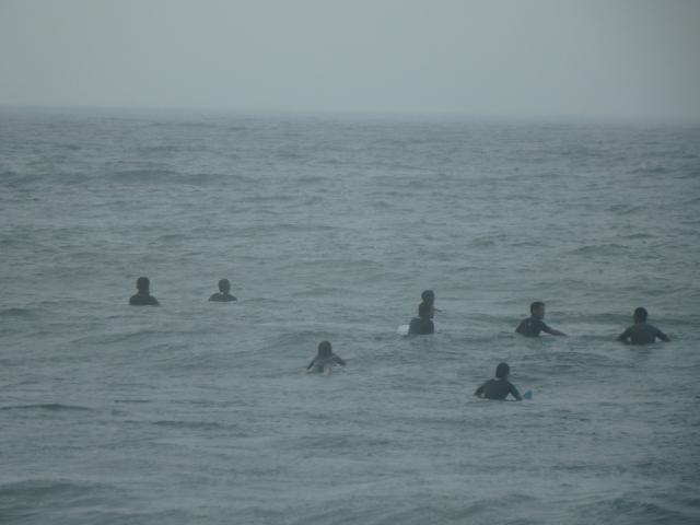 大波を待つサーファーたち