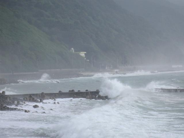 海岸道路に越波が上がりはじめた
